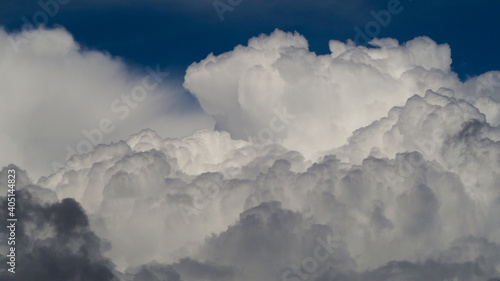 Fotografija Ciel de traîne, envahi de gros cumulus porteurs d'averses
