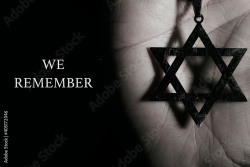 Obraz star of david in a pendant and text we remember - fototapety do salonu