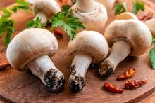 Funghi Freschi Appena Colti Su Tagliere In Legno Con Prezzemolo E Peperoncino Rosso