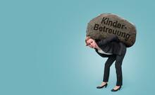 Frau Mit Stein Auf Dem Rücken Muss Kinderbetreuung Organisieren