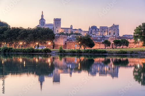 Foto Avignon with Popes Palace during evening in Provence, France