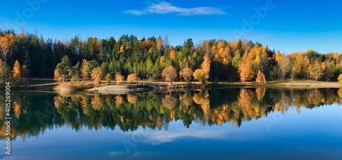 Obraz Reflection Of Trees In Lake Against Sky - fototapety do salonu