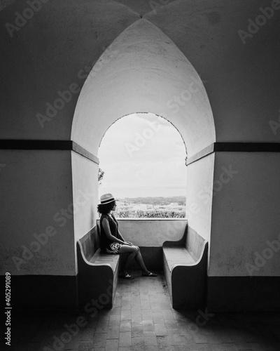 Fotomural garota olhando para a janela