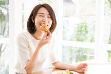 サラダとパンを食べる女性