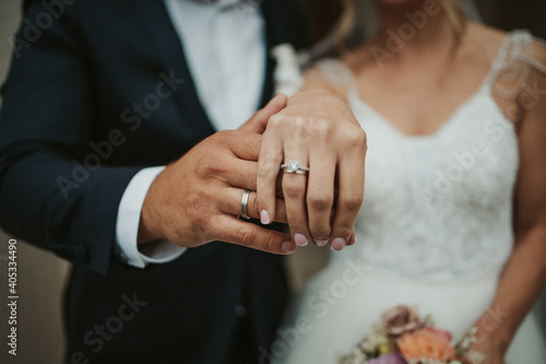 Photo Beautiful shot of the hands of a bride and groom showing their rings - wedding,