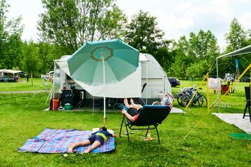 Familie  Camping macht Campingurlaub mit Wohnwagen
