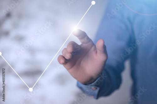 Dłoń dotykająca rosnący wykres. Koncepcja zysku, odbudowy rynku i kapitałów