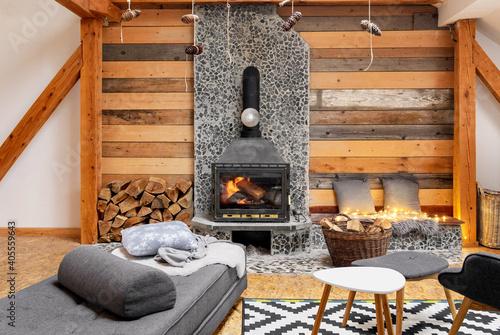 Fotografía Cozy cabin interior with a burning fireplace