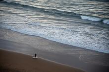 Surfista En La Orilla Preparándose Para Surfear En La Orilla De Una Playa