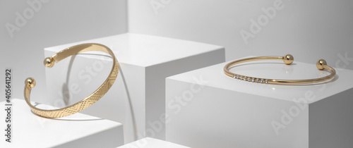 Tableau sur Toile Two modern Golden bracelets on white geometric cubes