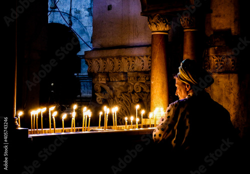 Stampa su Tela Old Lady Lights The. Candles At The Holy Sepulcher Of Jerusalem