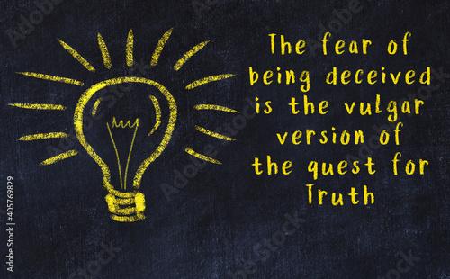 Billede på lærred Chalk drawing of a bulb and inscription of wise quote