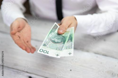 Sto złotych w ręce, Polski banknot, gotówka - fototapety na wymiar