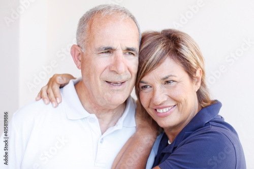Obraz na plátně Coppia di anziani felice  si abbraccia teneramente, isolati su sfondo bianco