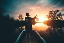 Ragazza Con Kimono Tiene Una Lanterna In Mano Su Una Barca Nel Lago Al Tramonto