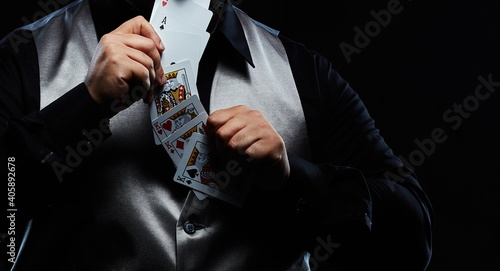 Photo Magician illusionist showing performing card trick