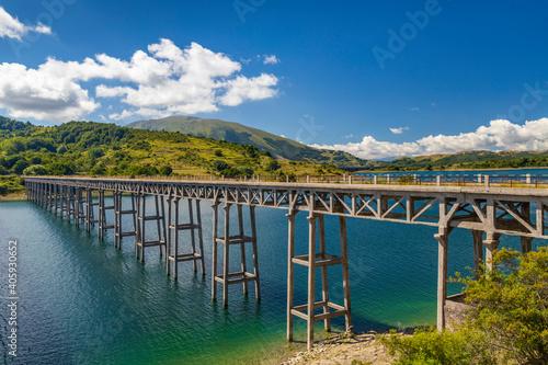 Fotografie, Tablou Bridge Ponte delle Stecche, Lago di Campotosto in National Park Gran Sasso e Mon