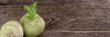 Banner/web: Kohlrabi auf rustikalem Holz