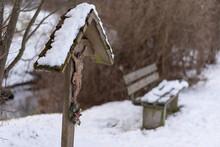 Kreuz Mit Bank Im Hintergrund Im 'Winter Am Waldrand  Bei Schne
