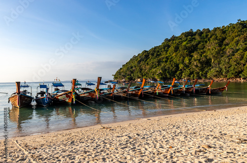 Obraz na plátně Bateaux de pêches traditionnel sur la plage à Ko Phi Phi, Thaïlande
