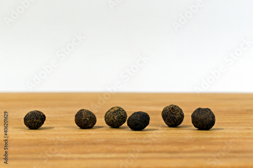 Fototapeta six peas of black allspice close up obraz