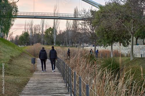 Fotografie, Obraz Personas paseando junto al lago del parque de Cabecera de Valencia al atardecer