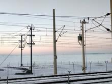 Tendido Eléctrico De La Línea Ferroviaria Con Paisaje Nevado