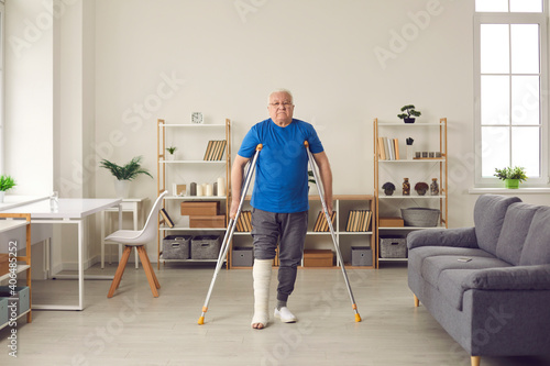 Foto Mature patient successfully undergoes rehabilitation after breaking leg in domestic or car accident