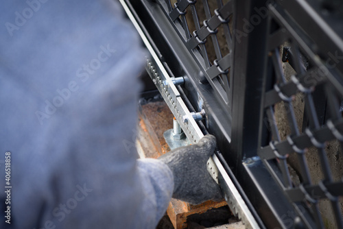 Fotografia Specialist carries out work on installation and commissioning of sliding gates