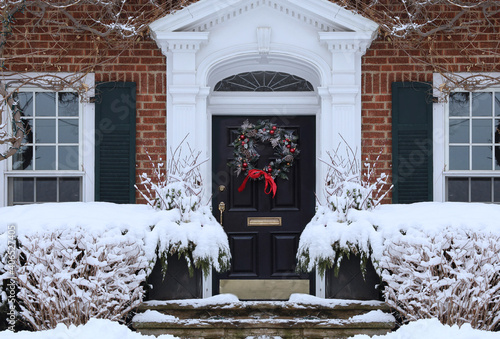 Cuadros en Lienzo Front door of traditional home with Christmas wreath