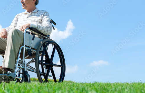 車椅子で散歩するシニア男性 Fototapet