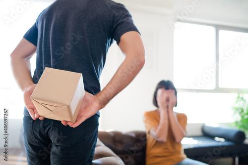 Billede på lærred Man surprising his girlfriend with a present.