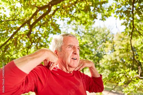 Fototapeta premium Senior Mann macht Atemübung und Meditation