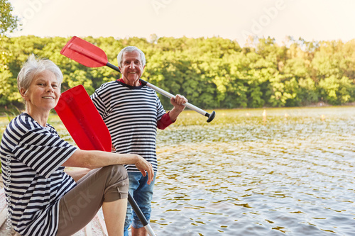 Fototapeta Paar Senioren mit Ruder von Ruderboot am See