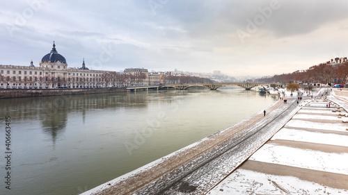 Obraz les berges du Rhône et le Grand Hôtel Dieu en hiver sous la neige - fototapety do salonu
