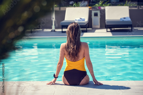 Fotografía Woman in fashion swimsuit relaxing at the luxury poolside