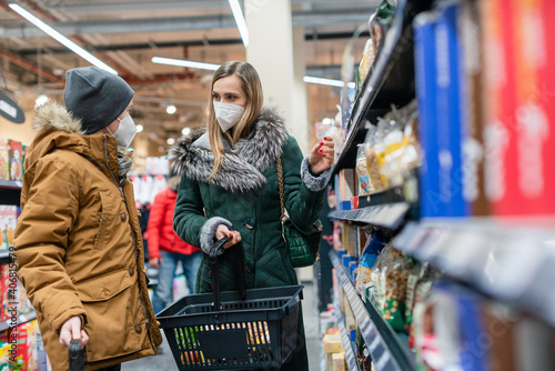 Canvas Print Family shopping in supermarket during covind19 pandemic