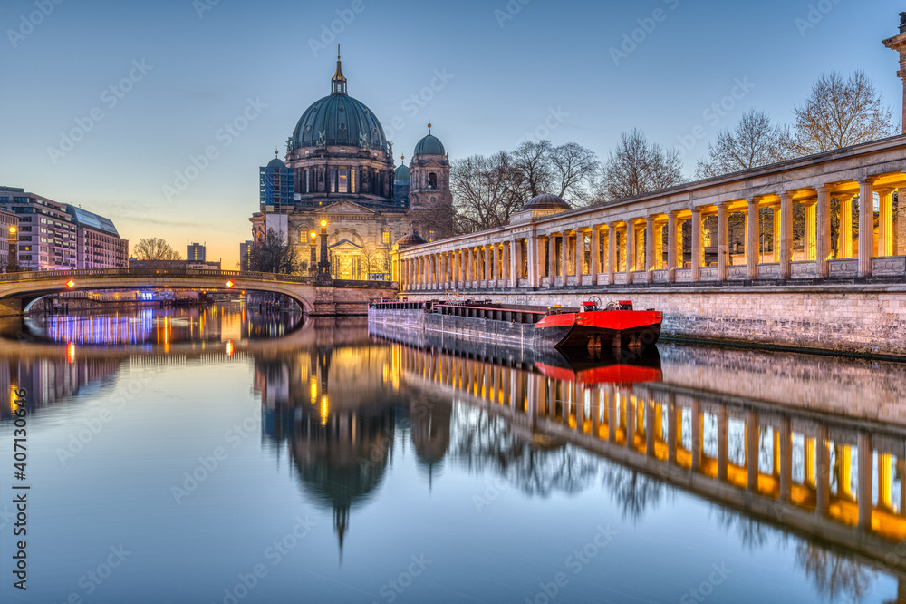 Fototapeta The Berlin Cathedral on the Museum Island before sunrise
