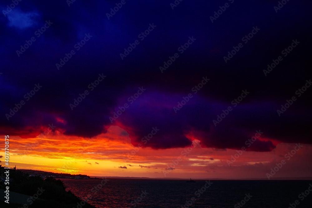 Fototapeta Douarnenez. Ciel menaçant sur soleil couchant à la plage du Ris. Finistère. Bretagne