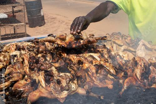 Canvas Print la viande  de poulet grillé à l ail au burkina faso
