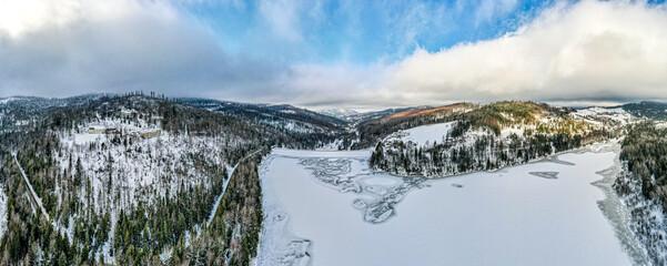 Jezioro Czerniańskie zimą – zbiornik zaporowy utworzony w celach retencyjnych i jako rezerwuar wody pitnej w miejscu połączenia Białej i Czarnej Wisełki w Wiśle Czarne z lotu ptaka