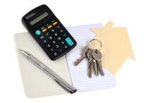 Concept De Projet Immobilier Avec Un Trousseau De Clés, Un Stylo, Un Carnet Et Une Calculatrice Sur Fond Blanc