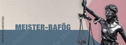 Meister-BAföG. Close-up einer Justitia Statue. Symbol für Gerechtigkeit und Anwalt. Figur steht vor Papier mit Text.