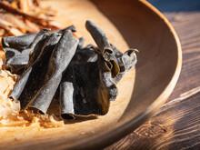 乾燥した昆布のクローズアップ。和食で出汁に使う食材。