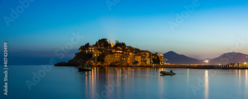 モンテネグロ ビーチから見えるスヴェティ・ステファンの夜景 Fototapeta