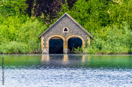 An abandoned boathouse on the shore of Cropston Reservoir in Leicestershire in s Fotobehang