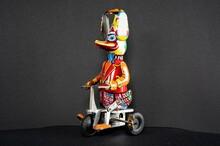 Interessantes Und Originelles Blechspielzeug In Form Von Einer Ente Auf Einem Dreirad Mit Einem Propeller Auf Dem Kopf