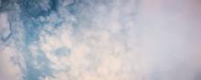 Atmósfera Del Cielo Azul Con Nubes Blancas Y Grises