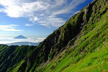 南アルプス北岳に建つ方の小屋から 天気の良い朝に富士山を眺める