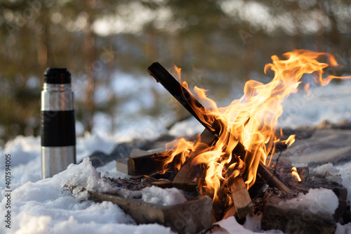 Campfire in the snow. Picnic in winter. Outdoor activity Fototapet
